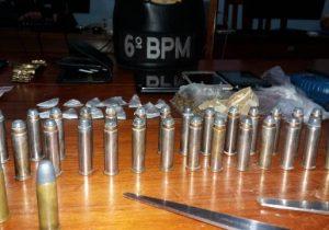 Adulto e menor são presos com drogas, munição e rádio na frequência da PM