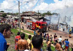 Incêndio destrói 4 casas na zona sul de Macapá