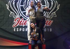 Após pedirem ajuda financeira, irmãs ganham ouro em campeonato de jiu jitsu