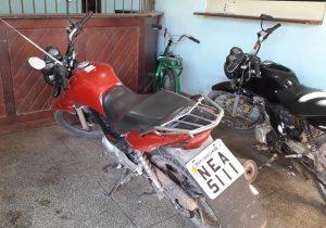 Cansado de ser multado, motoqueiro adultera placa com fita isolante