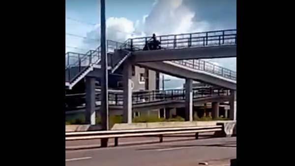 VÍDEOS: Em passarela, motoqueiro e pedestres arriscam a vida