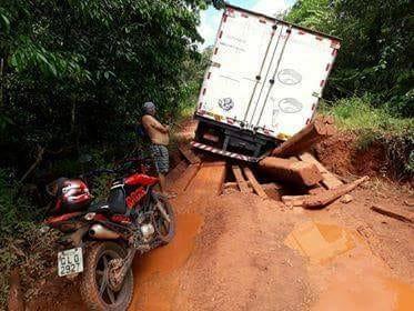 Ponte desaba durante passagem de caminhão