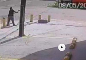 Homem danifica semáforo com machado