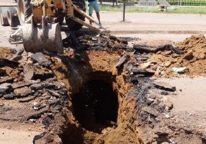 Rotatória é interditada parcialmente após asfalto romper