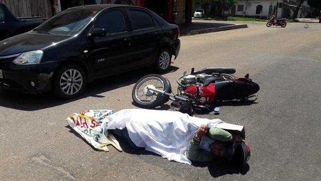 Vítima jogada no asfalto aguarda mais de uma hora por socorro