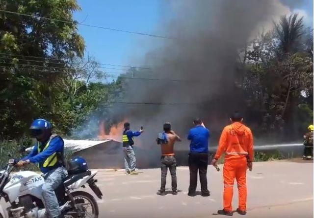 Homem põe fogo em residências ao tentar matar cabas; ASSISTA