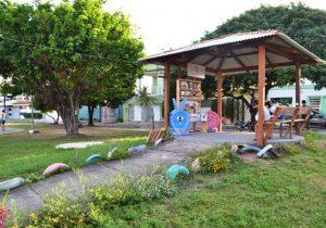 Em praça de Macapá, moradores criam canto de leitura