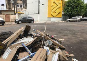 Empresa é multada por jogar lixo de obra em via pública