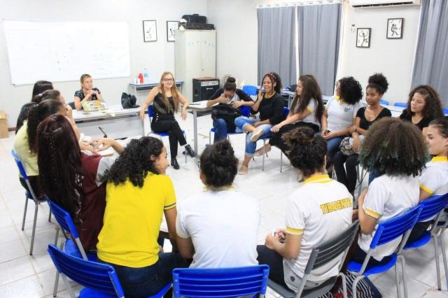Professores são treinados para defender alunas de violência online