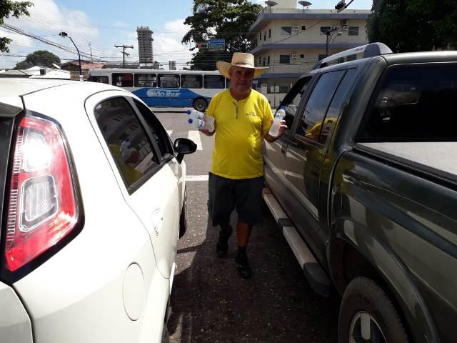 """""""A vida é dura pra quem é mole"""", diz montador de 61 anos que vende água"""