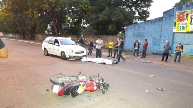 Motoqueiro morre em colisão com táxi