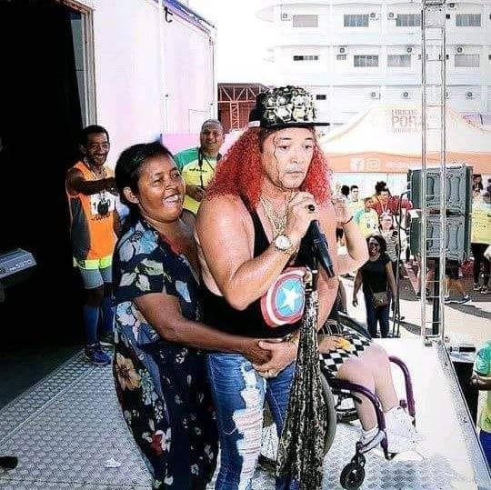 Cantor das cenas inusitadas, Wanderley Andrade faz show no Armazém