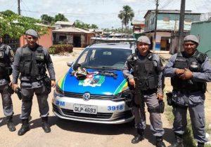 Bandidos abandonam armas em fuga após assalto