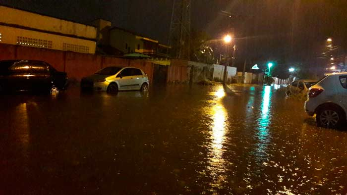"""Em pleno """"verão"""", chuva forte surpreende o macapaense"""