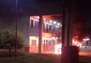 Veículo pega fogo e chamas atingem frente de escola; ASSISTA