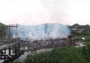 Apesar do esforço de vizinhos e CBM, casa é consumida por fogo