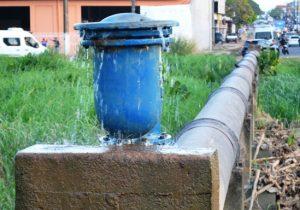 Adutora danificada desperdiça água há quatro meses