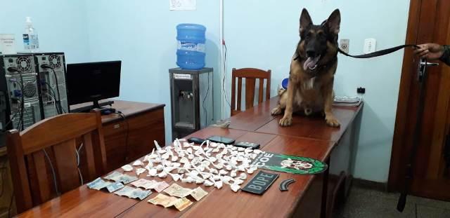 Dupla acusada de assaltar mercearia é presa com R$ 4 mil em drogas