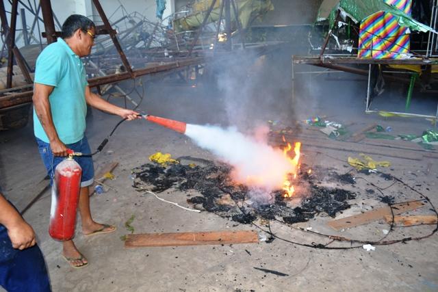 Moradores impedem incêndio em barracão na Cidade do Samba
