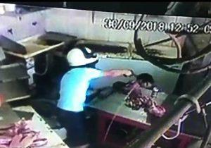 VÍDEO: baleado no rosto, açougueiro ainda caminha antes de morrer