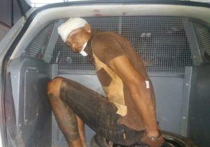 Arma falha e bandido que assaltou família é espancado e preso