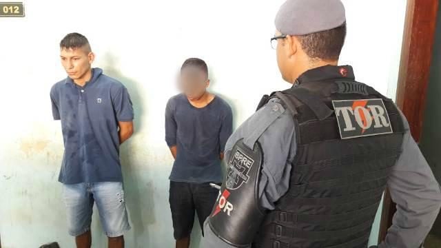 Dupla suspeita é presa com arma carregada