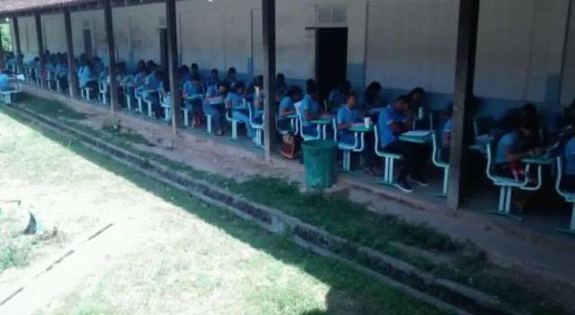 Alunos assistem aulas no corredor de escola em Mazagão