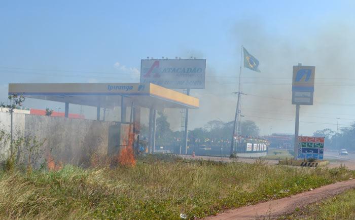 Incêndio em terreno baldio quase atinge posto de combustível