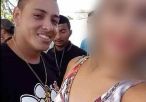 Homem é morto a tiros na frente da namorada