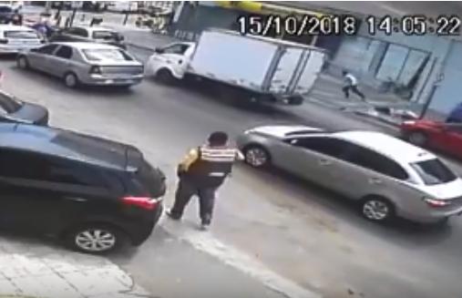 VÍDEO mostra tentativa de roubo e tiroteio em frente a banco
