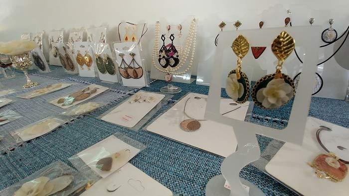 Mulheres do Ambrósio buscam transformação social aprendendo fabricação de semi-jóias