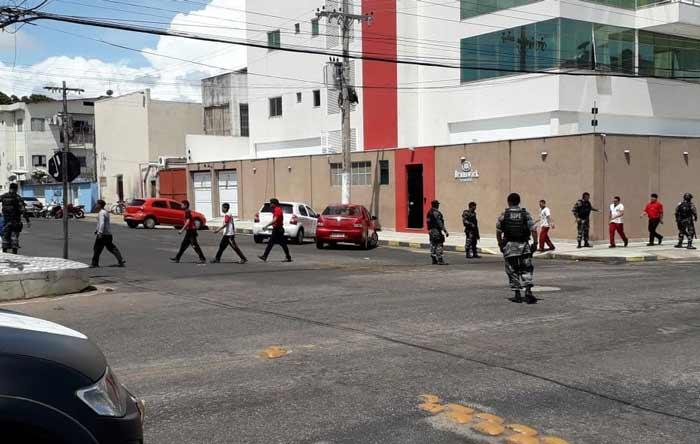 Bandidos liberam 51 reféns e se entregam