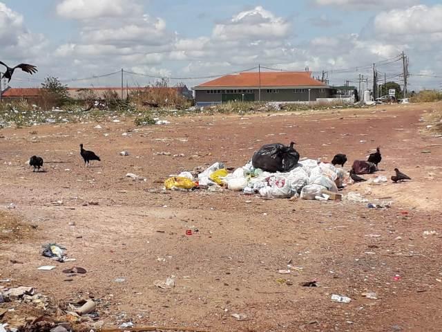 """Terreno vira """"campo de lixo"""" ao lado da Cidade do Samba"""