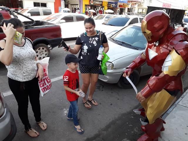 """Com """"Homem de Ferro"""", ONG faz alerta sobre câncer infantil"""