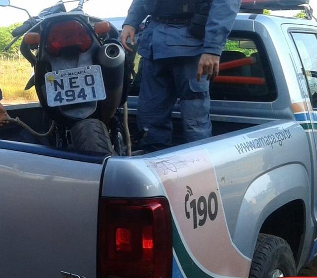 Suspeitos abandonam moto roubada