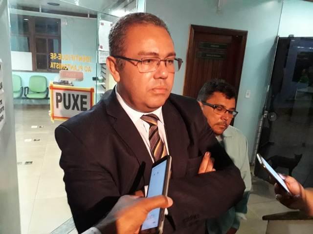 Ex-vereador e advogado é conduzido acusado de passar celular a detento
