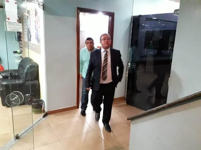 Advogado responderá acusação em liberdade; defesa diz que celulares foram repassados por agentes
