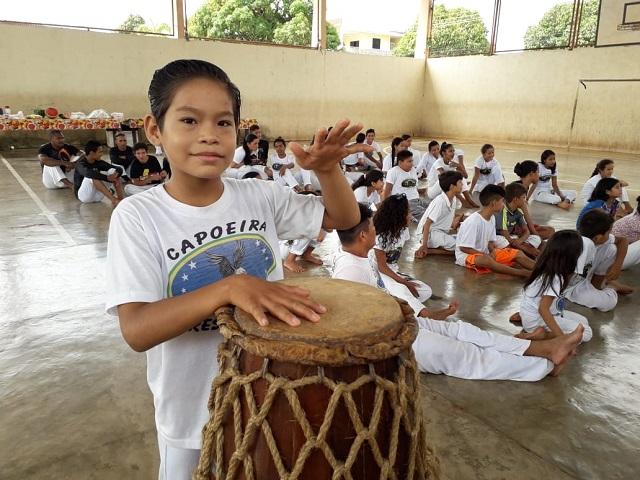 """""""Quero ganhar presente para doar a quem mais precisa"""", diz aluno de projeto social"""