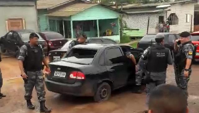 Trio é preso após assaltar comércio e atirar em funcionário