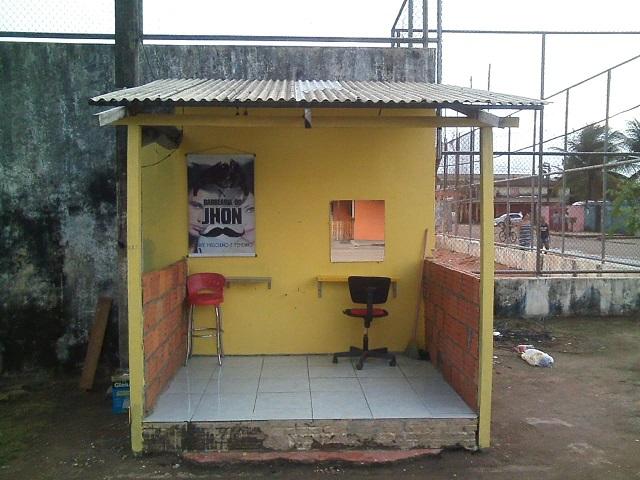 Mini-salão em praça de Macapá chama atenção de curiosos