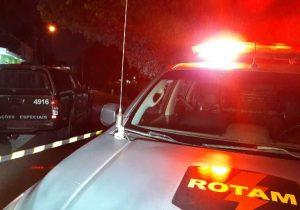 Bandidos arrombam portão e rendem família