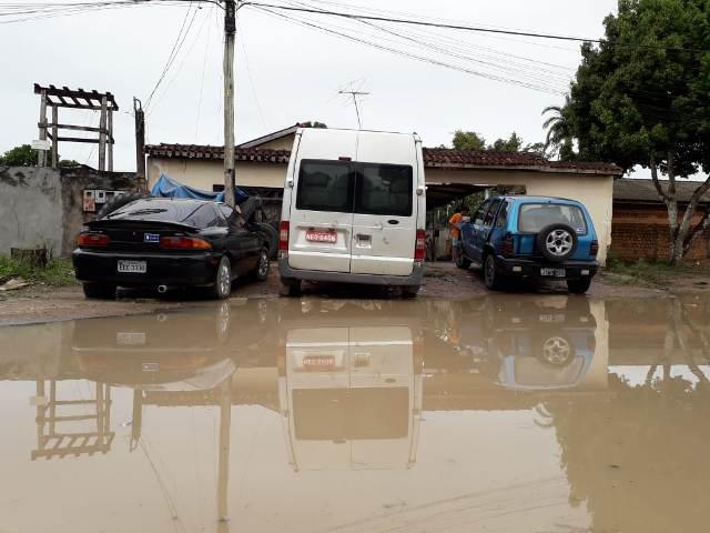 """""""Lagoa dos Sapos"""" dificulta acesso a escolas e gera reclamações"""