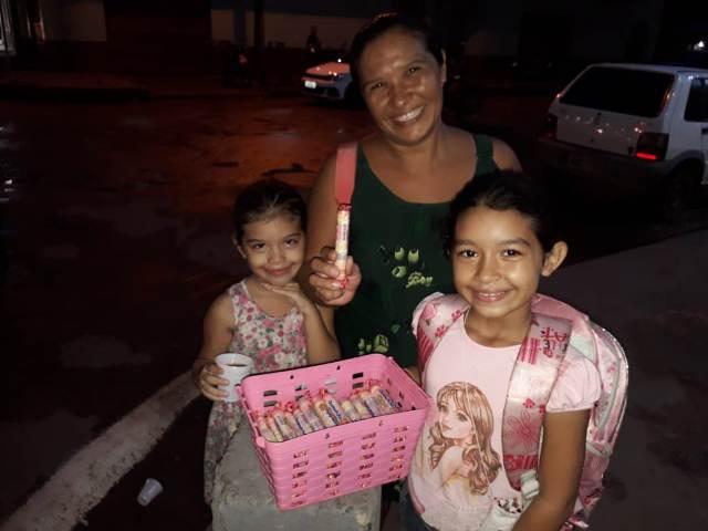 Mãe vende doces nas ruas para que filhas participem de formatura