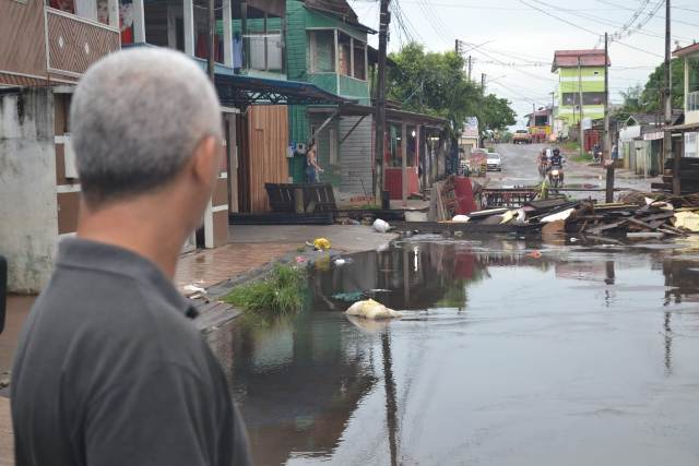 Cansados de prejuízos, moradores interditam rua que alaga há 15 anos