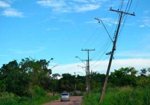 Moradores temem grave acidente com queda de poste