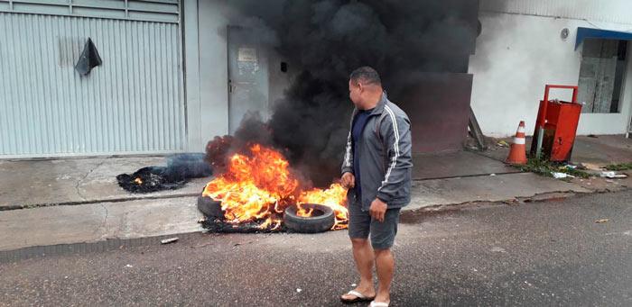 Vigilantes colocam fogo em pneus ecobram 3 salários atrasados