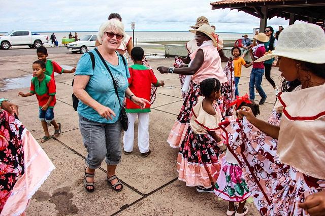 Turistas europeus conhecem o Marabaixo e a gengibirra