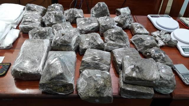Em residencial, PM estoura boca de fumo com quase 20kg de drogas