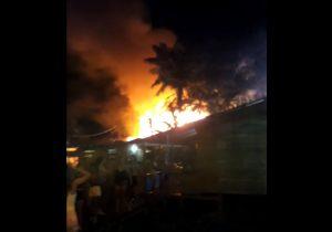 VÍDEOS: incêndio atinge 10 casas na Baixada do Ambrósio
