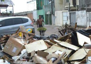 VÍDEO: moradores são flagrados jogando lixo na orla de Macapá
